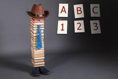 Rolig utbildningsidé, manlärare, bokstäver, siffror Royaltyfri Fotografi