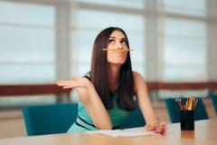 Rolig uttråkad flicka som spelar med blyertspennan på affärsmötet arkivbilder
