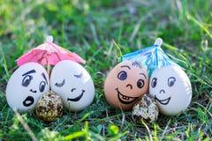 Roliga ägg som imiterar par med versicolored, behandla som ett barn Arkivbild