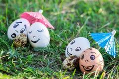 Roliga ägg som imiterar två par med versicolored, behandla som ett barn Arkivfoton