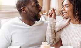 Roliga afrikansk amerikanpar som tycker om efterrätten i kafét Royaltyfri Foto