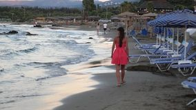 Roliga aktiviteter för sommar över havet stock video