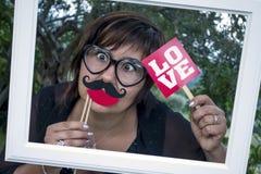 Roliga anblickar för förälskelse för kvinnarammustasch Royaltyfri Fotografi