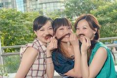 Roliga asiatiska kvinnor royaltyfria bilder