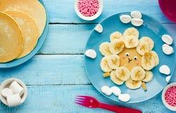 Roliga bananpannkakor för ungefrukost Arkivbild