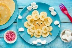 Roliga bananpannkakor för ungefrukost Arkivfoto