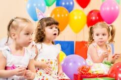 Roliga barnflickor på födelsedagdeltagare royaltyfria bilder