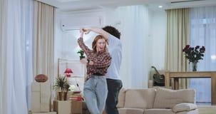 Roliga Dacing ett par upphetsade mycket efter en hård rörande dag i ett nytt hus som de är mycket imponerade och tycka om tiden stock video