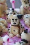 Roliga Dalmatian valpar av marsipan på kakan Arkivfoton