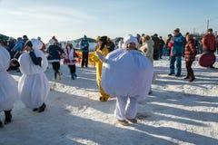 Roliga danser på festivalen övervintrar gyckel i Uglich, 10 02 2018 in Royaltyfria Bilder
