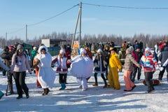 Roliga danser på festivalen övervintrar gyckel i Uglich, 10 02 2018 in Arkivfoton