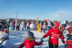 Roliga danser på festivalen övervintrar gyckel i Uglich, 10 02 2018 in Royaltyfri Fotografi