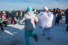 Roliga danser på festivalen övervintrar gyckel i Uglich, 10 02 2018 in Royaltyfria Foton