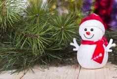 Roliga dekorativa snögubbear för jul på träbräde Arkivfoto