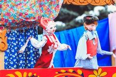 Roliga dockor i dockateatern på Shrovetide royaltyfria bilder