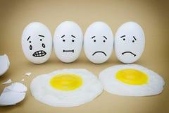 Roliga emotionella ägg som gråter och skrattar Arkivbild