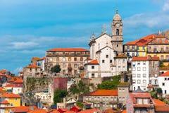 Roliga färgrika hus i gammal stad av Porto, Portugal Royaltyfri Fotografi