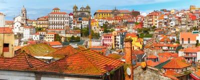 Roliga färgrika hus i gammal stad av Porto, Portugal Royaltyfria Foton