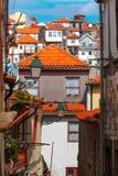 Roliga färgrika hus i gammal stad av Porto, Portugal Arkivbilder