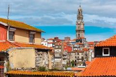 Roliga färgrika hus i gammal stad av Porto, Portugal Royaltyfria Bilder