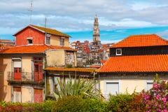 Roliga färgrika hus i gammal stad av Porto, Portugal Arkivfoto
