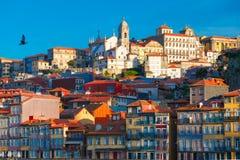 Roliga färgrika hus i gammal stad av Porto, Portugal Royaltyfri Bild