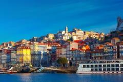 Roliga färgrika hus i gammal stad av Porto, Portugal Arkivbild