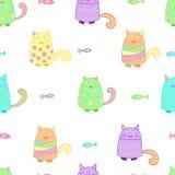 Roliga färgrika katter med fisken Royaltyfri Foto