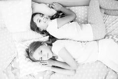 roliga flickor har bara att önska Invitera vännen för sleepover bäst forevervänner Betrakta temaslummerpartiet slummer royaltyfri fotografi