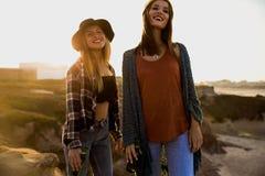 roliga flickor som har fotografering för bildbyråer
