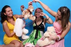 roliga flickor som har deras toys royaltyfri bild