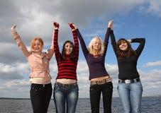 roliga flickor som har floden Royaltyfria Bilder