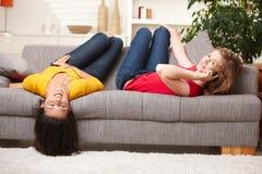 roliga flickor som har home tonårs- Fotografering för Bildbyråer