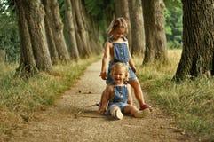 roliga flickor som har little Arkivbild