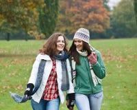 roliga flickor som har nätt två Arkivfoto