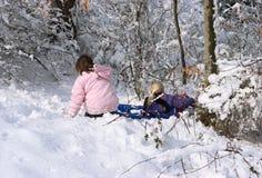roliga flickor som har snow Arkivfoton