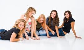 roliga flickor som har studion arkivfoto