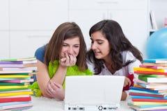 roliga flickor som har teen tillsammans Arkivbild