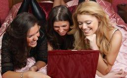 roliga flickor som har tonårs- tre Arkivbilder