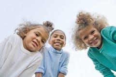 roliga flickor som har tre Arkivfoto