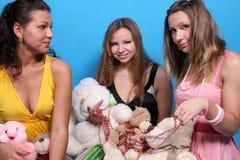 roliga flickor som har tre Arkivbild