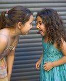 roliga flickor som har två Arkivfoton