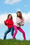 roliga flickor som har utomhus- tonårs- två Fotografering för Bildbyråer
