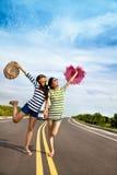 roliga flickor som har vägtur Arkivbild