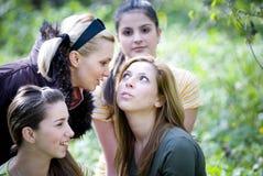 roliga flickor som utomhus har Fotografering för Bildbyråer