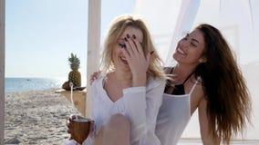 Roliga flickvänner nära havet, oväntade mötevänner på stranden, stock video