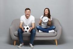 Roliga fotbollsfan för parkvinnaman i vitt t-skjorta jubel upp det favorit- laget för service med fotbollbollen som rymmer den ru royaltyfri bild