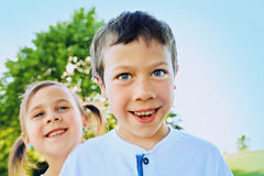 Roliga framsidor av den lilla syskongruppen i sommar Arkivbild
