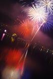Roliga fyrverkerier för helgdagsafton för ` s för nytt år royaltyfri bild
