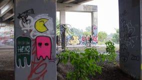 Roliga grafitti under en bro Arkivfoton